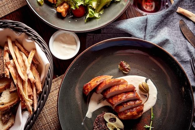 Grillowane filety z kurczaka z puree ziemniaczanym i paluszkami vreadowymi oraz sałatką, koncepcja restauracji
