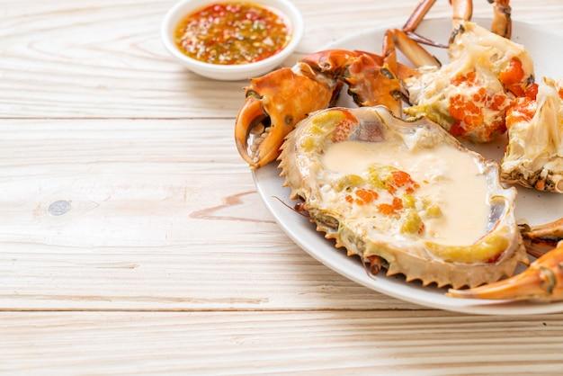 Grillowane gigantyczne krewetki rzeczne z ostrym sosem z owoców morza