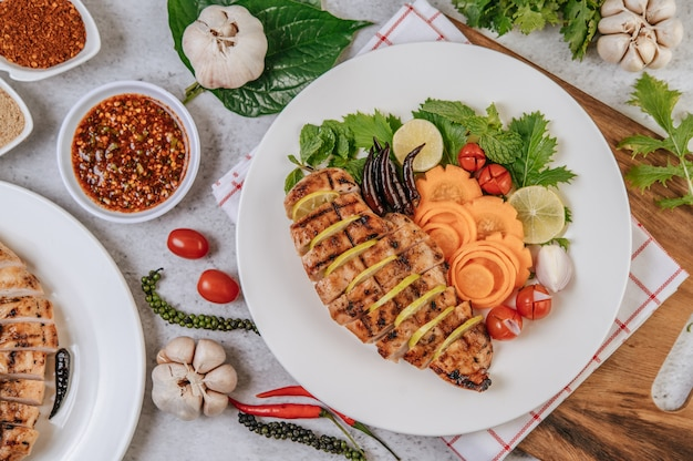 Grillowane kawałki kurczaka z pomidorami, marchewką, smażoną papryką, czerwoną cebulą, ogórkiem i miętą.