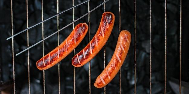 Grillowane kiełbaski, menu grillowe na węgiel drzewny