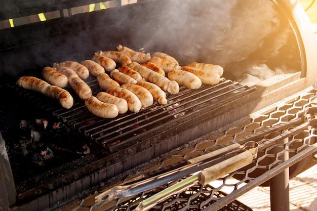 Grillowane kiełbaski mięsne na grillu węglowym