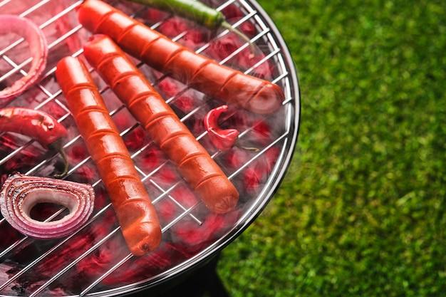 Grillowane kiełbaski na grillu. widok z góry.