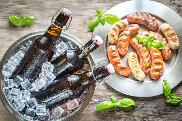 Grillowane kiełbaski z butelkami piwa