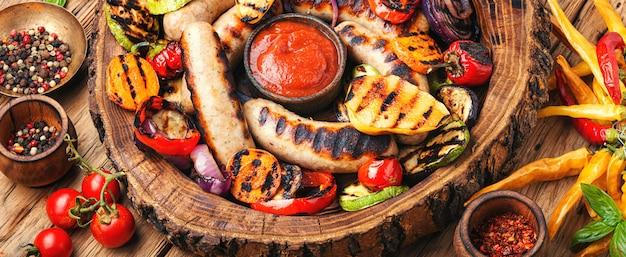 Grillowane kiełbaski z warzywami