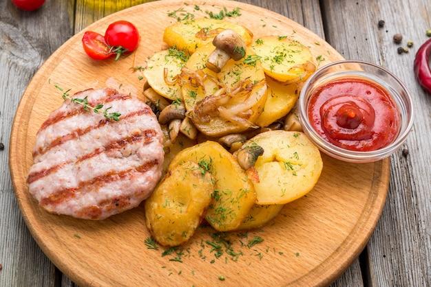 Grillowane kotlety drobiowe, pieczone słodkie ziemniaki i brukselka