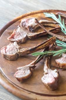 Grillowane kotlety jagnięce na talerzu