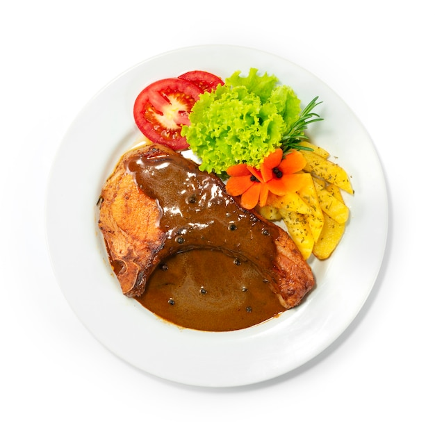 Grillowane kotlety wieprzowe z sosem sosem europejskim kuchnia w stylu fusion z ziemniakami i warzywami z góry