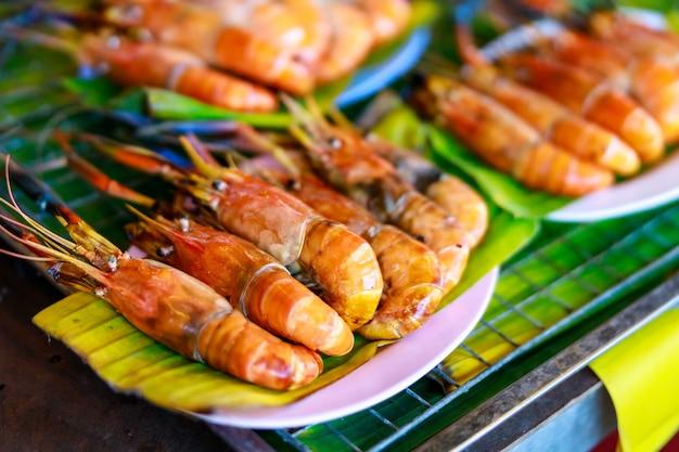 Grillowane krewetki na liściu bananowym i talerzu