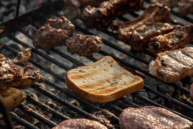 Grillowane mięso i pieczywo, gotowanie na grillu