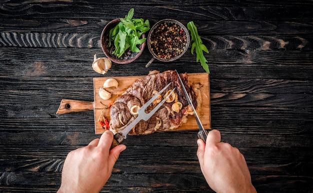Grillowane mięso na stole