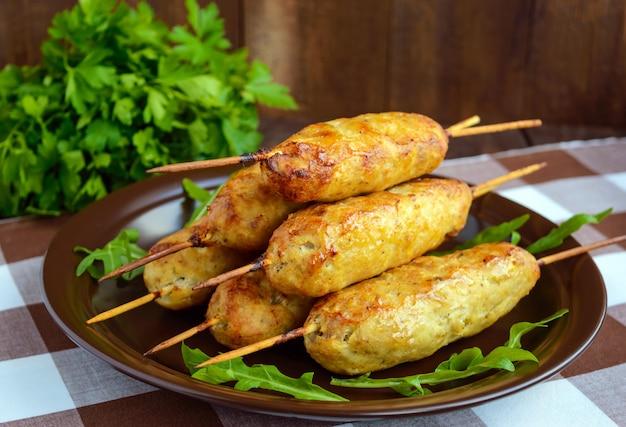 Grillowane mięso na szpikulcu - lula kebab. tradycyjne danie z kaukazu, azji środkowej i turcji.