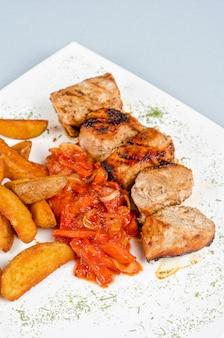 Grillowane mięso wieprzowe kebab z pieczonymi ziemniakami i warzywami