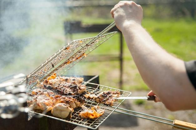 Grillowane mięso z grilla na grillu zbliżenie