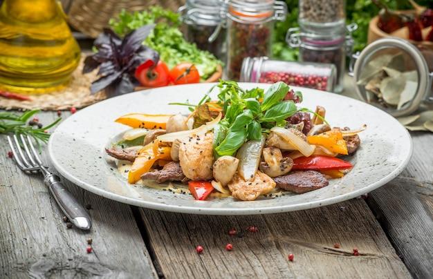 Grillowane mięso z pieczonymi warzywami, wiosna, letni piknik, smaczne jedzenie