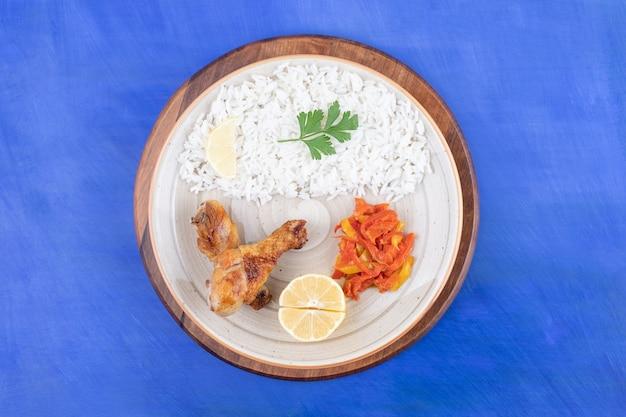 Grillowane mięso z udek kurczaka z pysznym ryżem