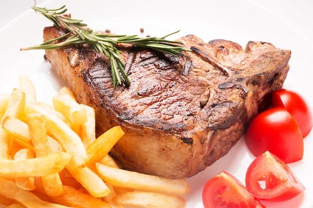 Grillowane mięso z warzywami i frytkami