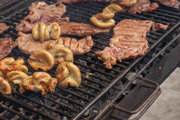 Grillowane mięso z węgla.