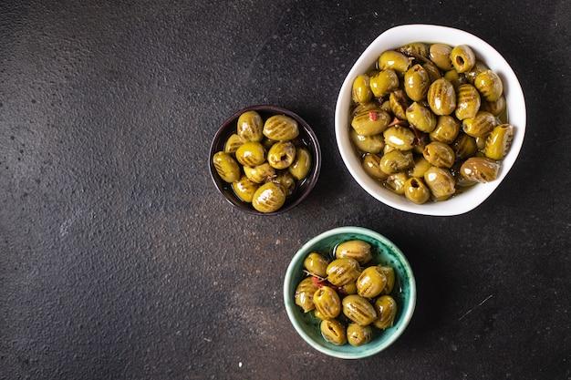 Grillowane oliwki świeże owoce w talerzu gotowe do spożycia porcja posiłek przekąska na stole kopia przestrzeń jedzenie