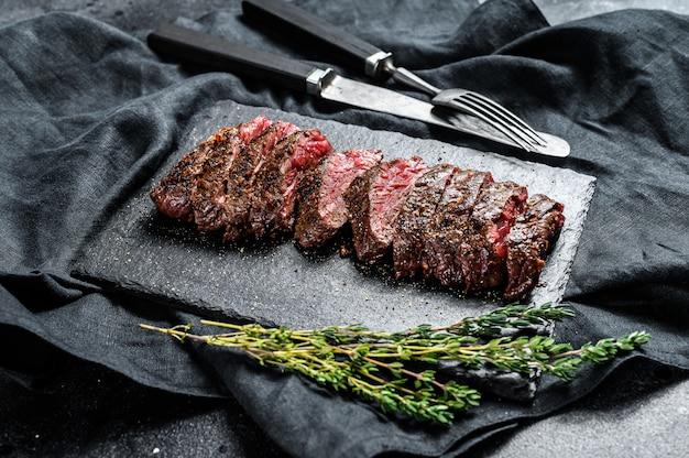 Grillowane pieczone, rzadkie krojone górne ostrze, stek denver. marmurowa wołowina mięsna.