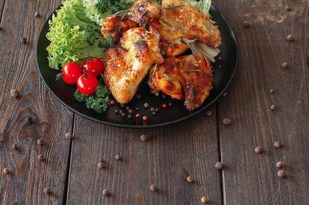 Grillowane pikantne skrzydełka z kurczaka ze świeżymi warzywami