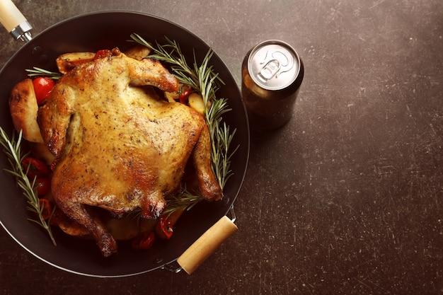 Grillowane piwo może kurczak w woku na stole