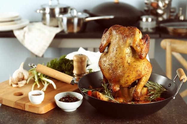 Grillowane piwo może kurczaka na kuchennym stole