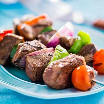 Grillowane shishkabobs wołowe na stole