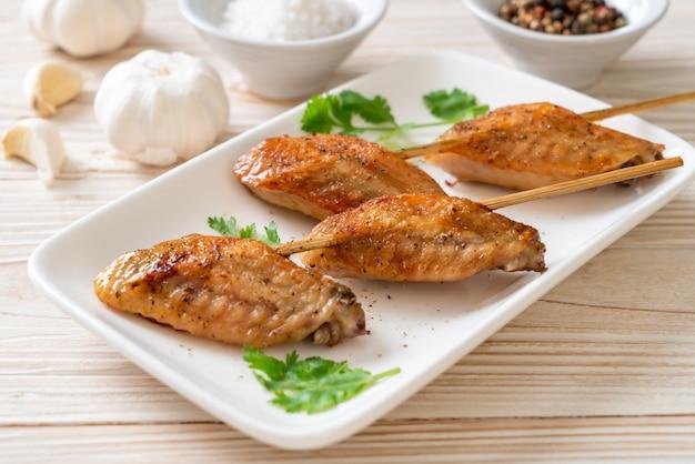 Grillowane skrzydełka kurczaka grillowane z pieprzem i czosnkiem
