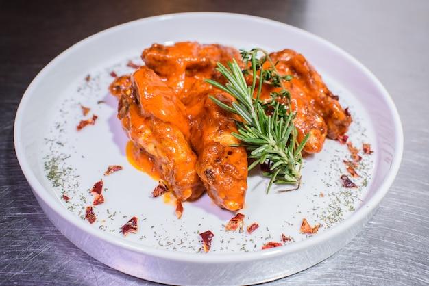 Grillowane skrzydełka w ostrym sosie. smaczne i niezdrowe jedzenie.