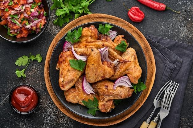 Grillowane skrzydełka z kurczaka lub pieczony grill z przyprawami i sosem salsa pomidorowa
