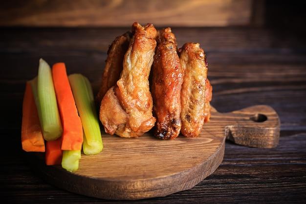 Grillowane skrzydełka z kurczaka. mięso grillowe