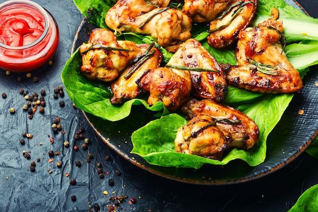 Grillowane skrzydełka z kurczaka na liściach sałaty