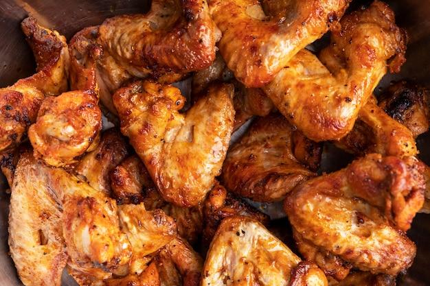 Grillowane skrzydełka z kurczaka. widok z góry