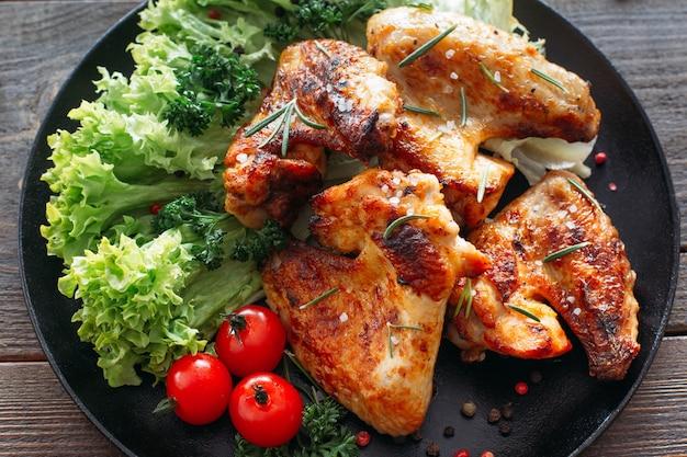 Grillowane skrzydełka z kurczaka z sałatą i pomidorami