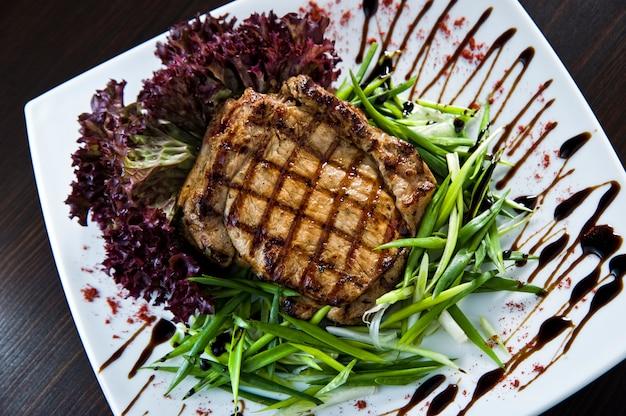 Grillowane steki wołowe na talerzu.
