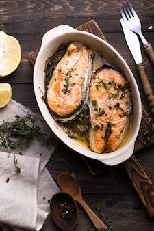 Grillowane steki z łososia, kolacja. zdrowe jedzenie. widok z góry