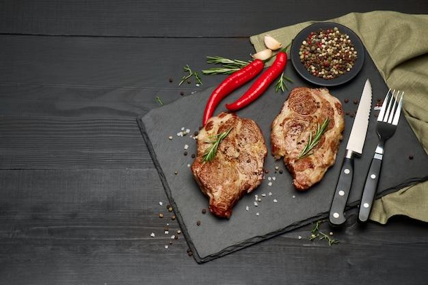 Grillowane steki z pieczonej wołowiny na kamieniu do serwowania deski do krojenia