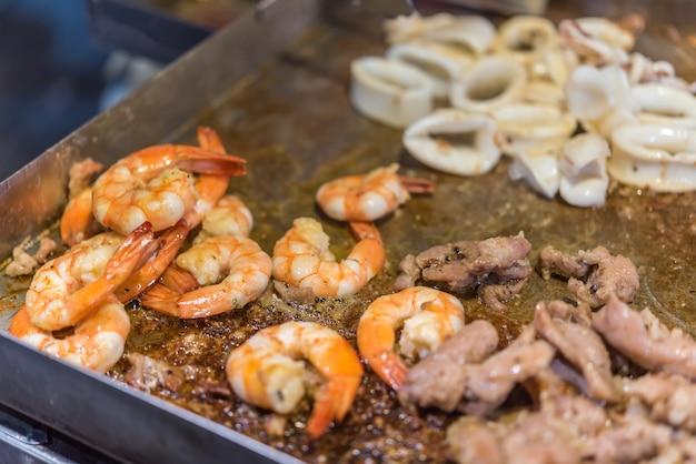Grillowane surowe mięso wołowiny i wieprzowiny z krewetkami i kalmary (grilla, grilla) jedzenie gotowanie na grilla wagyu