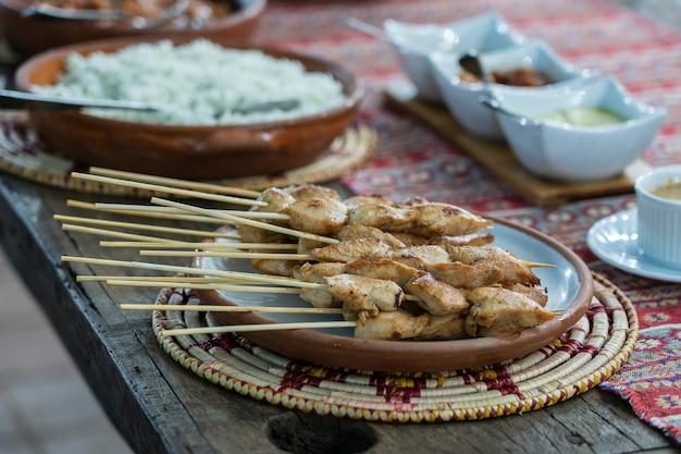 Grillowane szaszłyki z kurczaka na talerzu, zbliżenie
