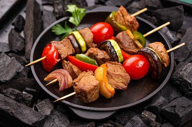 Grillowane szaszłyki z mięsem pieczarek i warzywami