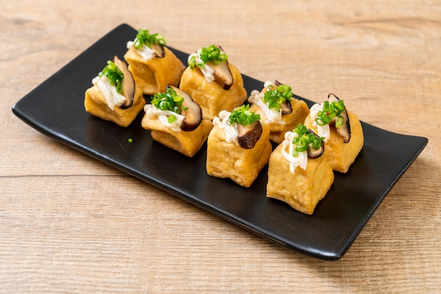 Grillowane tofu z grzybami shitake i grzybami golden needle