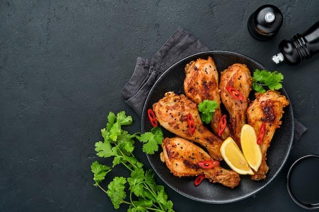 Grillowane udka lub udka z kurczaka lub pieczony grill z przyprawami i sosem salsa pomidorowa