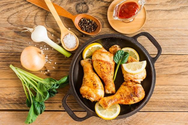 Grillowane udka z kurczaka z przyprawami i czosnkiem. widok z góry
