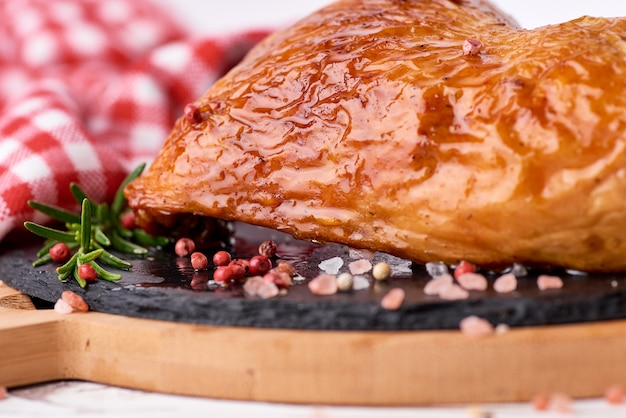 Grillowane udka z kurczaka z sosem