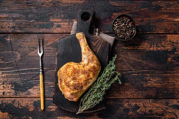 Grillowane udko z kurczaka na drewnianej desce
