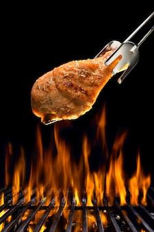 Grillowane udko z kurczaka na płonącym grillu