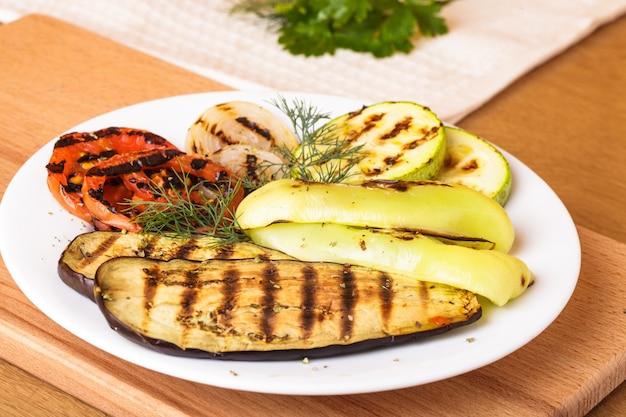 Grillowane warzywa: bakłażan, kabaczek, pomidor i cebula