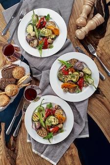 Grillowane warzywa na białych talerzach. danie restauracyjne