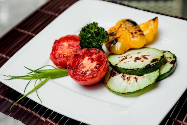 Grillowane warzywa na białym talerzu. restauracja.