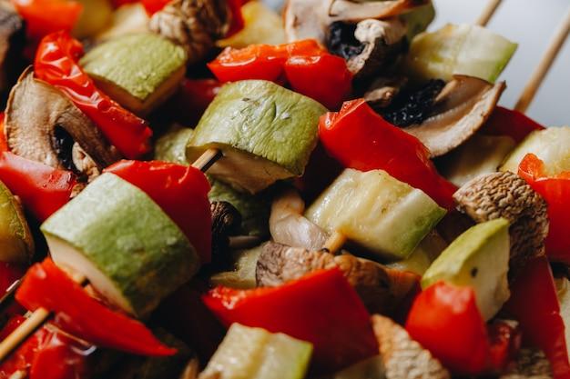 Grillowane warzywa na drewnianych szaszłykach. żywnościowy. ścieśniać